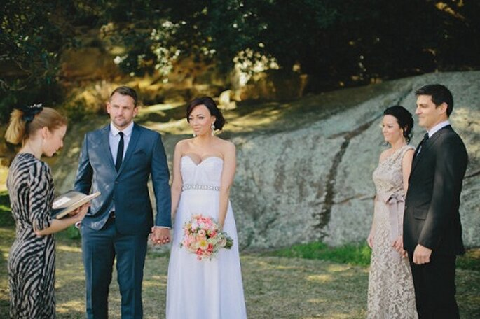 Rito civile = matrimonio semplice, magari all'aperto! Foto: Clarzzique Photography via stylemepretty.com