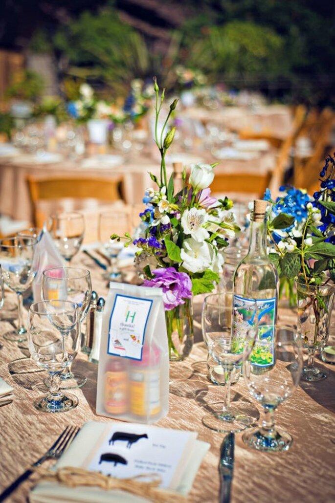 Acentos en color azul en los centros de mesa de tu boda - Foto Captured by Aimee