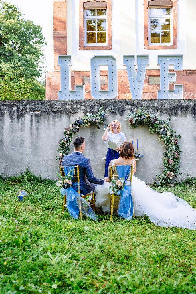 Das Brautpaar bei der Trauzeremonie mit der Hochzeitsrednerin.
