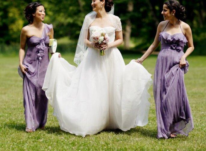 La novia y sus damas con vestidos en gamas de morado - Foto Jen Lynne