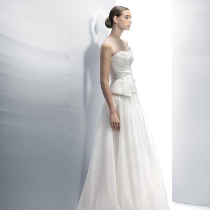 Vestido de novia 2013 en color blanco con escote ilusión y silueta peplum - Foto Jesús Peiró