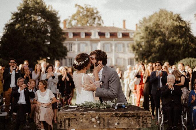 Les mariés s'embrassent après s'être dit «oui » à l'occasion d'une cérémonie laïque en extérieur