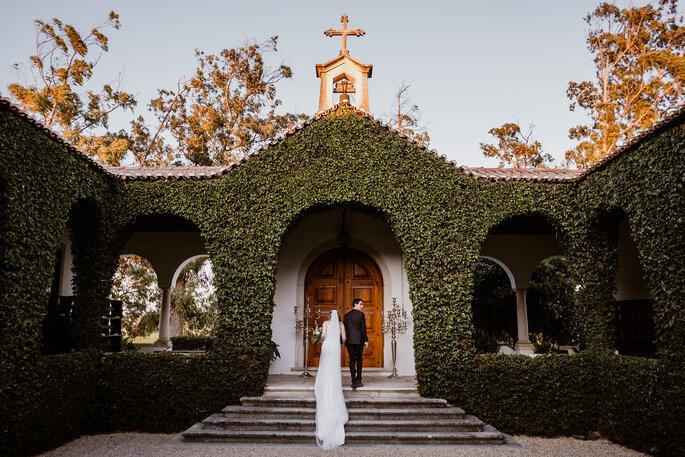 Noivos igreja maravilhosa foto