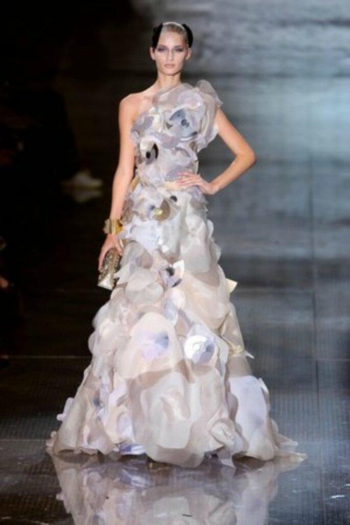 Un trionfo di organza e fiori per questo romantico modello Giorgio Armani 2010