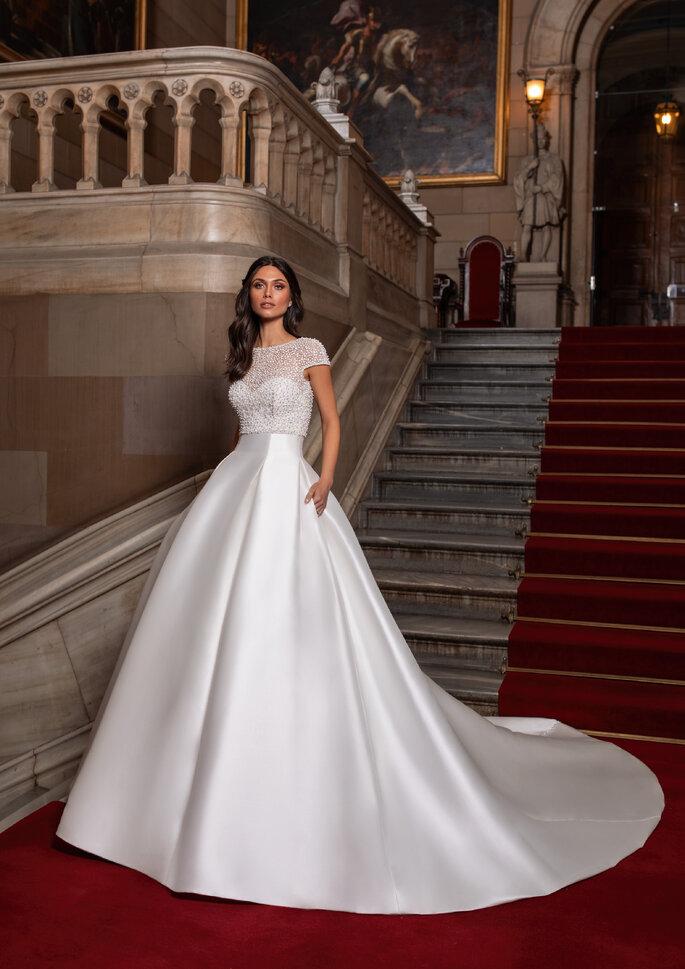 Vestido de noiva princesa decote coração, com top amovível com pedraria de manga curta e decote costas descobertas