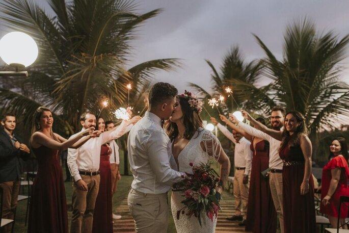 Beijo do casal na saída da cerimônia