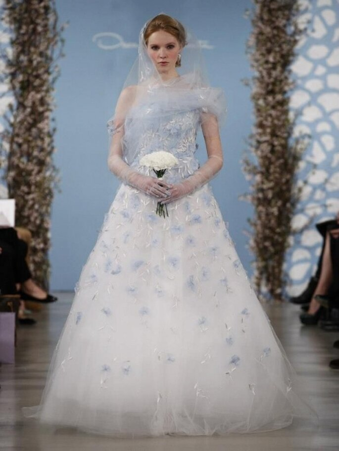 Vestido de novia con flores en relieve en color azul cielo - Foto Oscar de la Renta
