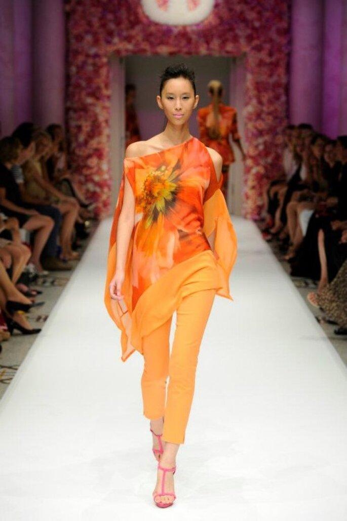 Conjunto de blusón y pantalón en color brillante y estampado floral - Foto Basler