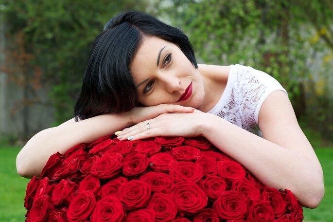 Mariée aux lèvres rouges. Photo vía Shutterstock