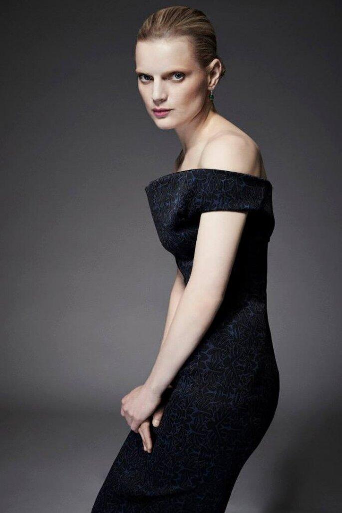 Vestido de fiesta en color negro con hombros descubiertos y silueta ceñida estilo retro - Foto Zac Posen