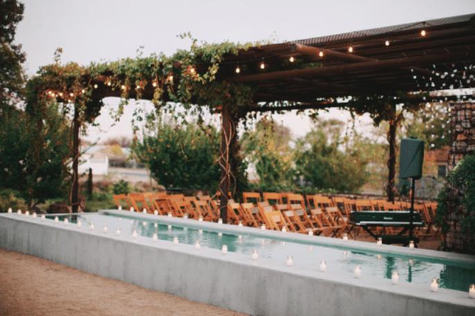 Elige un escenario rústico adornado con detalles de madera para tus fotos de boda estilo vintage - Foto Stacy Reeves