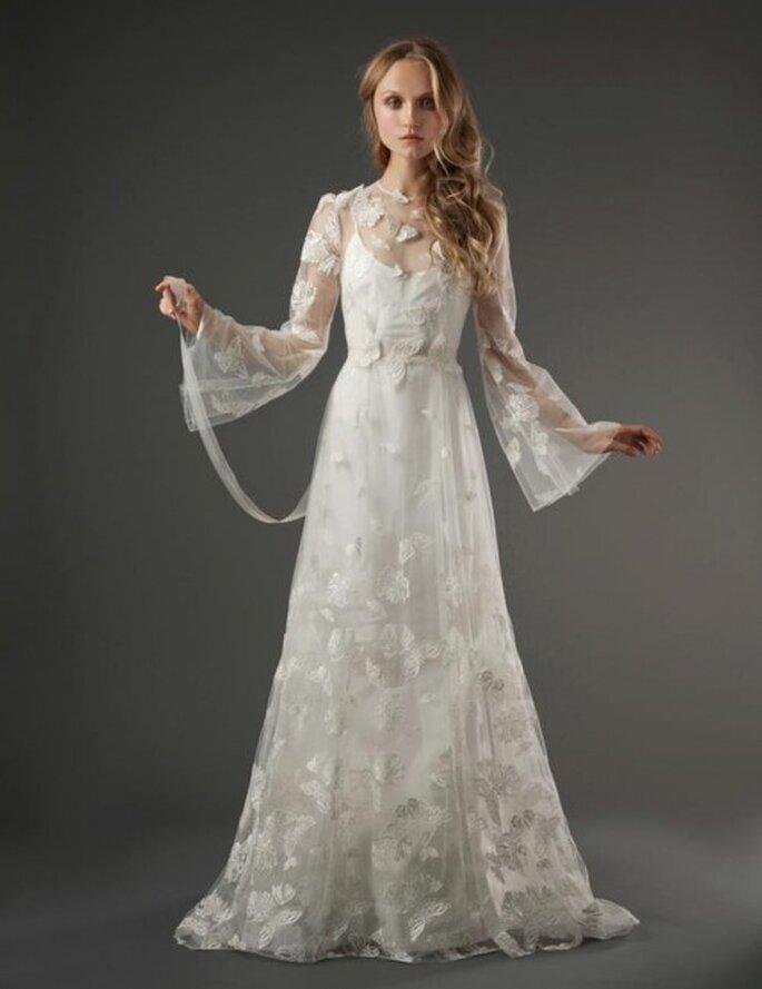 Vestido de novia romántico con mangas anchas, transparencias y estampados de mariposas - Foto Elizabeth Fillmore