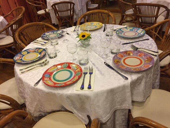 Amis Catering & Banqueting - mise en place con piatti colorati