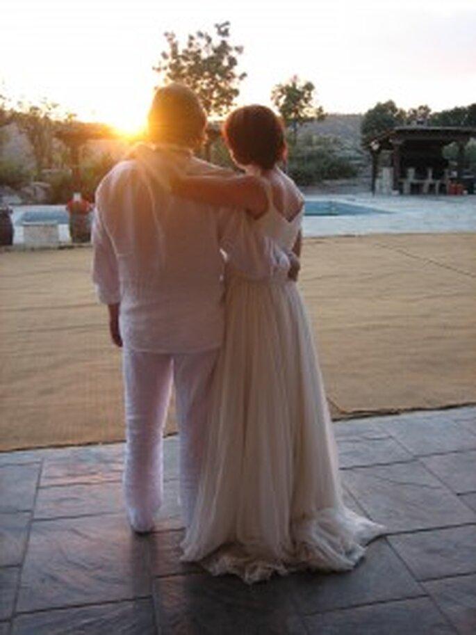 Los recién casados admirando el atardecer