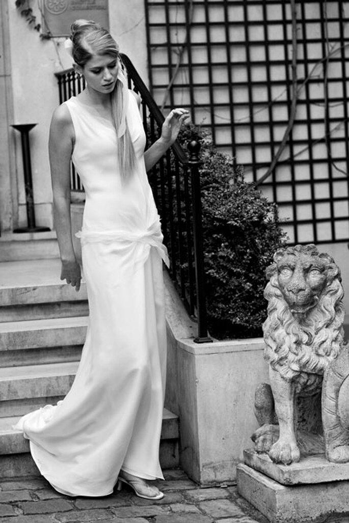 Collection de robes de mariée Amarildine 2011 - Adonis : robe décolleté en V en biais de crêpe et mousseline