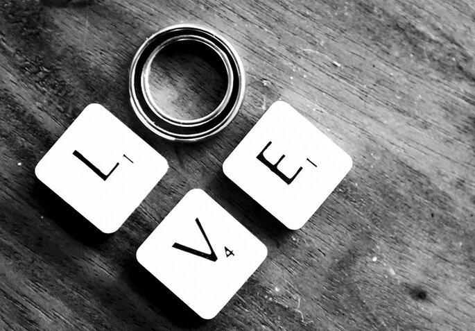 Juego de letras en tu boda con inspiración en el Scrabble. Foto: Nina Matthews