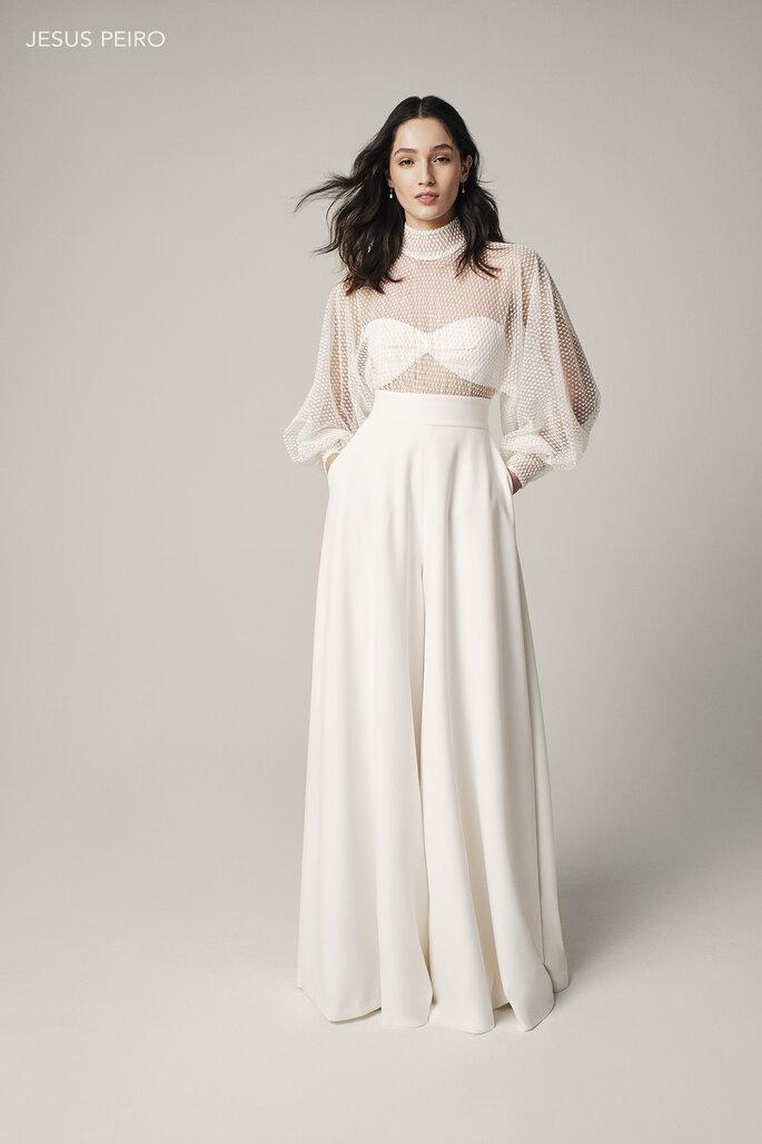 Vestido de novia para boda civil Jesus Peiro Body con cuello perkins con manga japonesa y puño fruncido en tul bordado. Pantalón palazzo en crep.