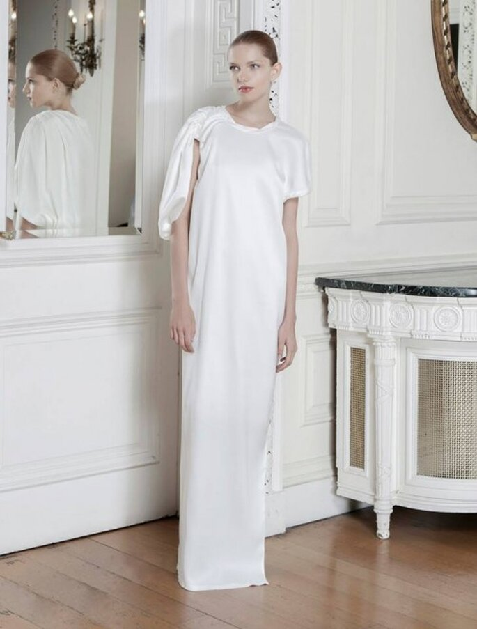 Vestido de novia avant garde con efecto asimétrico y voluminoso en las mangas - Foto Sophia Kokosalaki