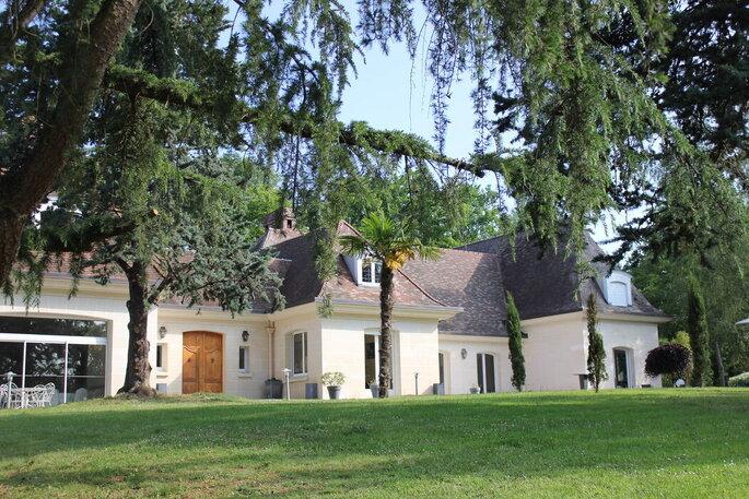 Domaine de la Patulière - le Domaine de la Patulière qui se dessine derrière les arbres du parc qui l'entoure