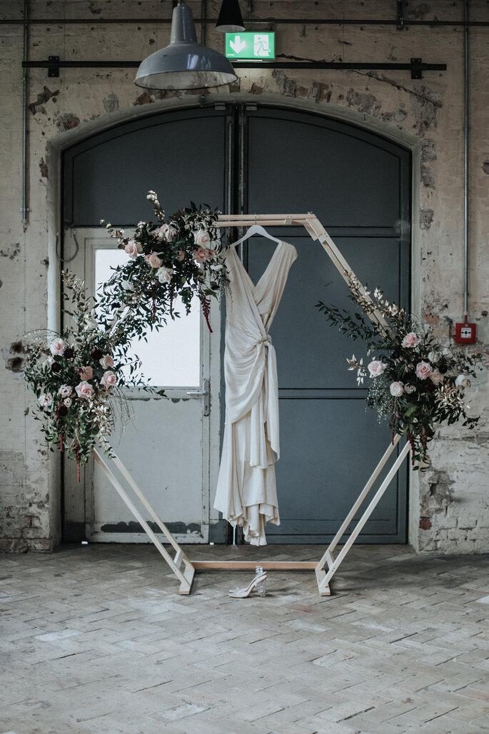 Traubogen mit Blumenschmuck, dazu das Brautkleid von Zo & Willow, organisiert von Freakin' Fine Weddings.