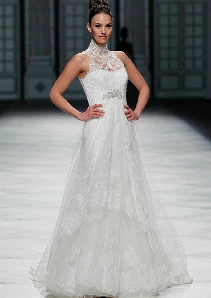 Pizzo,collo alto e dettaglio gioiello in vita per questo abito La Sposa Collezione 2013