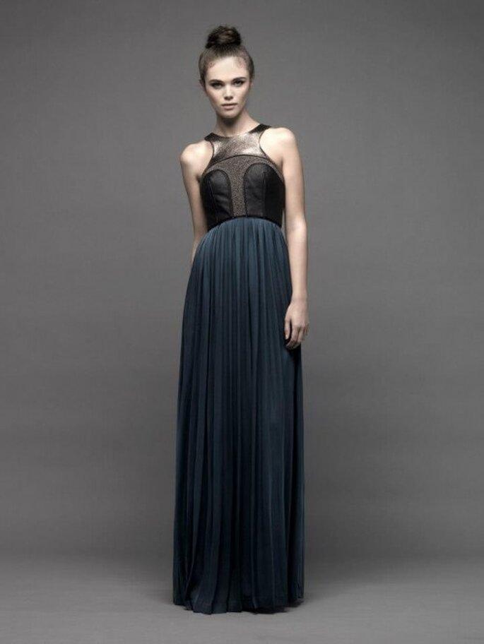 Vestido de fiesta largo con escote cruzado y falda con caída recta - Foto Catherine Deane