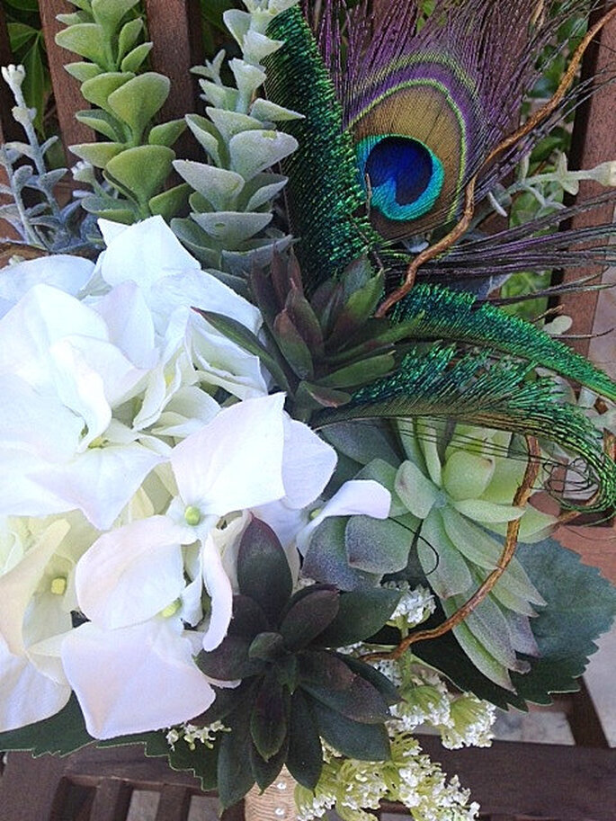 Ramo de novias con plumas de pavo real de moda en 2013 - Foto WaterMeNot