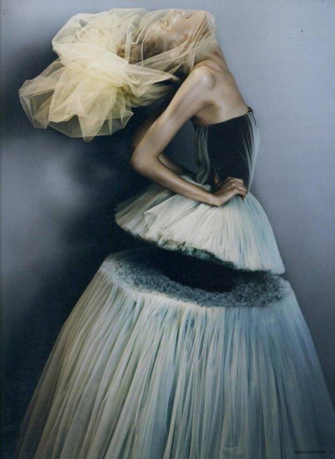 Vestido de novia con cortes geométricos y capas de tul - Foto Viktor & Rolf