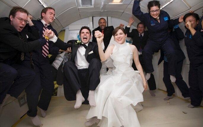 Le couple original du mariage en gravité zéro