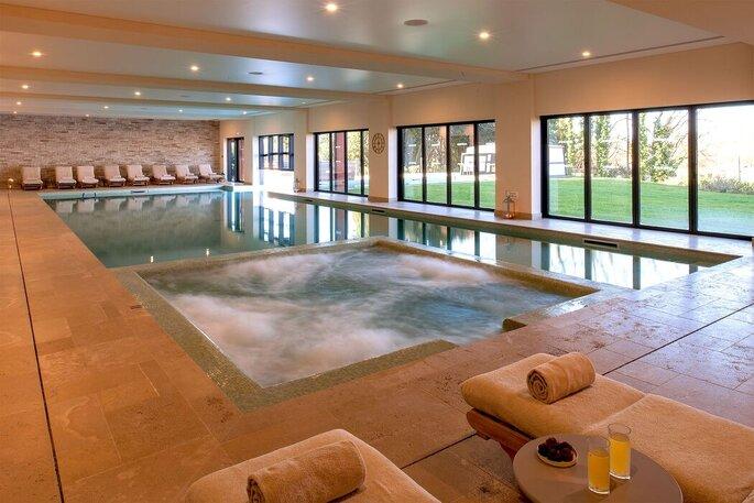 Espace spa avec piscine intérieure où les invités ou les futurs mariés peuvent se détendre lors d'un mariage