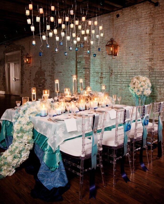 Centro de mesa extendido con flores blancas - Foto Arte de Vie