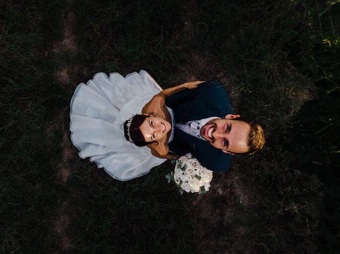 Une prise de vue du dessus de deux mariés enlacés