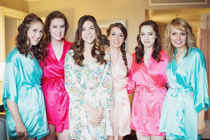 Una divertida tendencia, novias y madrinas con batas floreadas. Foto: Lucida Photography