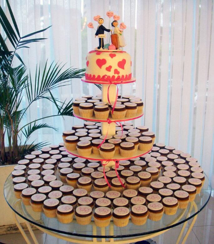 A torre de cupcakes substitui ao bolo da noiva. Foto  Cupcakeria Rosa f43cc2cfd88