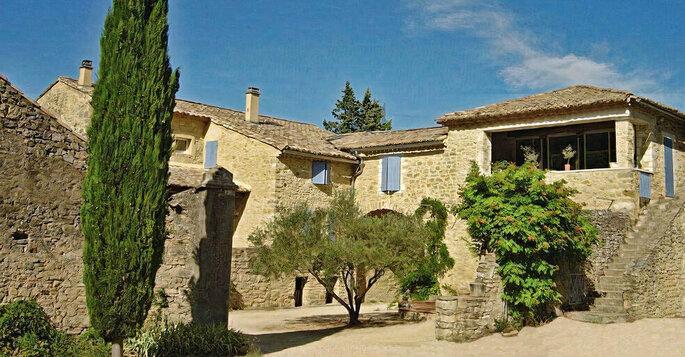 Façade en pierre typiquement provençale de la bastide du Domaine de Valbonne