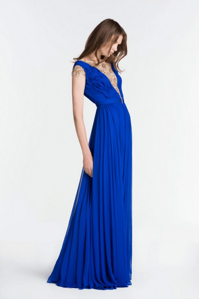 Vestido de fiesta 2014 en color azul rey con escote al frente y caída elegante en la falda - Foto Reem Acra