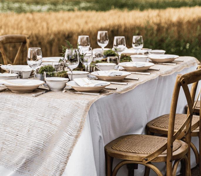 Une table de mariage dressée en extérieur pour un mariage dans une bergerie