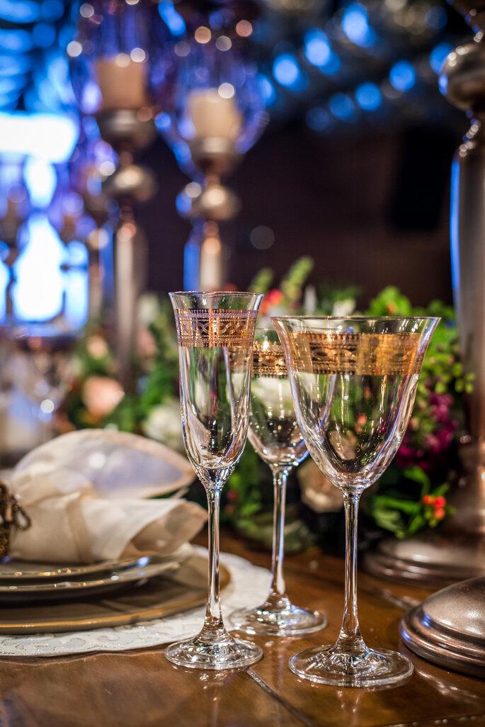 Taças com detalhe em dourado adorno para casamento
