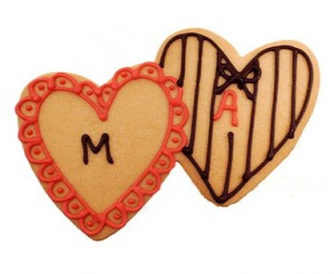Galletas con forma de corazón y adornos con iniciales de los novios