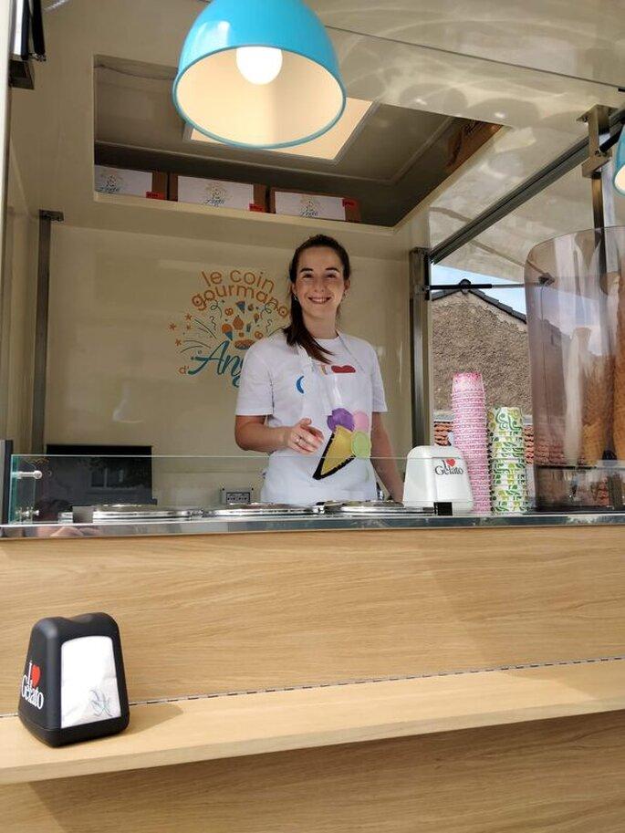 Dans son food truck, Angie, vêtue de son tablier, est prête à accueillir tous vos invités pour les régaler !
