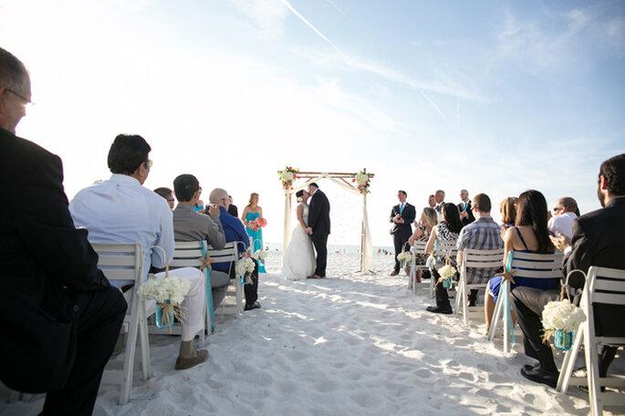 Tonos turquesas para una boda intima en la playa Foto: Lisa Otto Photography