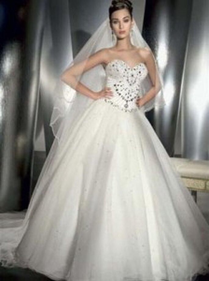 Demetrios 2010 - 983, Schulterfreies Kleid mit strukturiertem, strassbesetztem Korsett, extragroßer Rock aus vielen Lagen Tüll