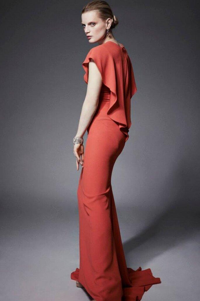 Vestido de fiesta color coral con una suave caída en la espalda y hermosa cauda barrida - Foto Zac Posen