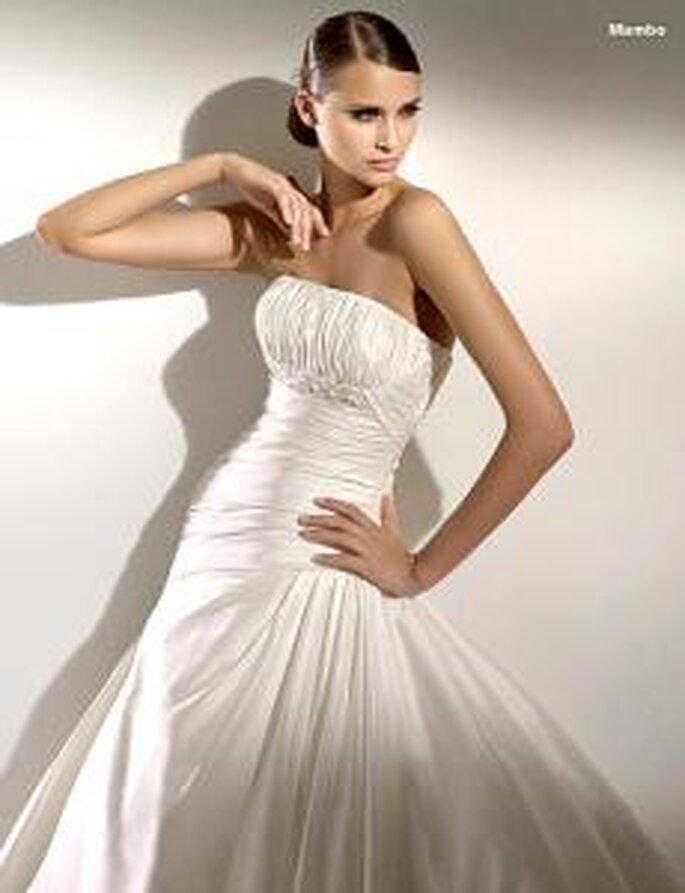 Pronovias 2010 - Mambo, vestido largo en seda drapeada, fruncido lateral, escote recto palabra de honor