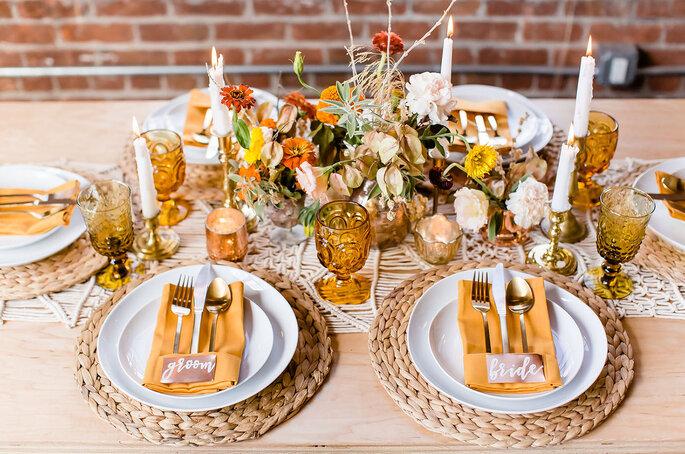 Centros de Mesa Colores amarillos y dorado con naturaleza muerta, estilo elegante y copas de cristal con candelabros y velas