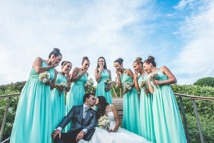 os noivos com as damas de honor com vestidos verde água iguais