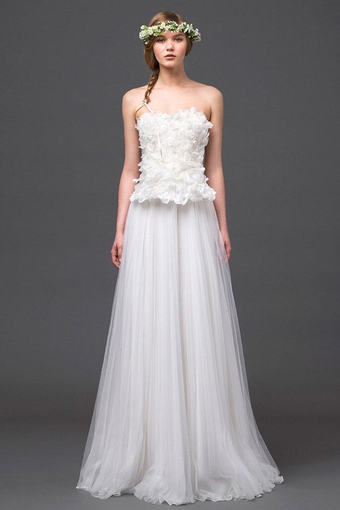 Vestido de novia 2015 con detalles en relieve en el corpiño y falda de caída elegante - Foto Alberta Ferretti