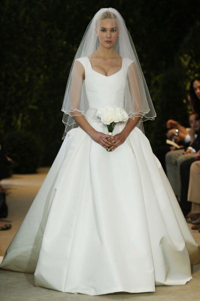 Scollatura profonda e gonna ampia per l'abito da sposa Carolina Herrera Spring 2014