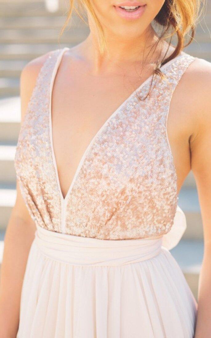 Vestido de novia con apliques cosidos en el corpiño y escote halter - Foto Blush Wedding Photography