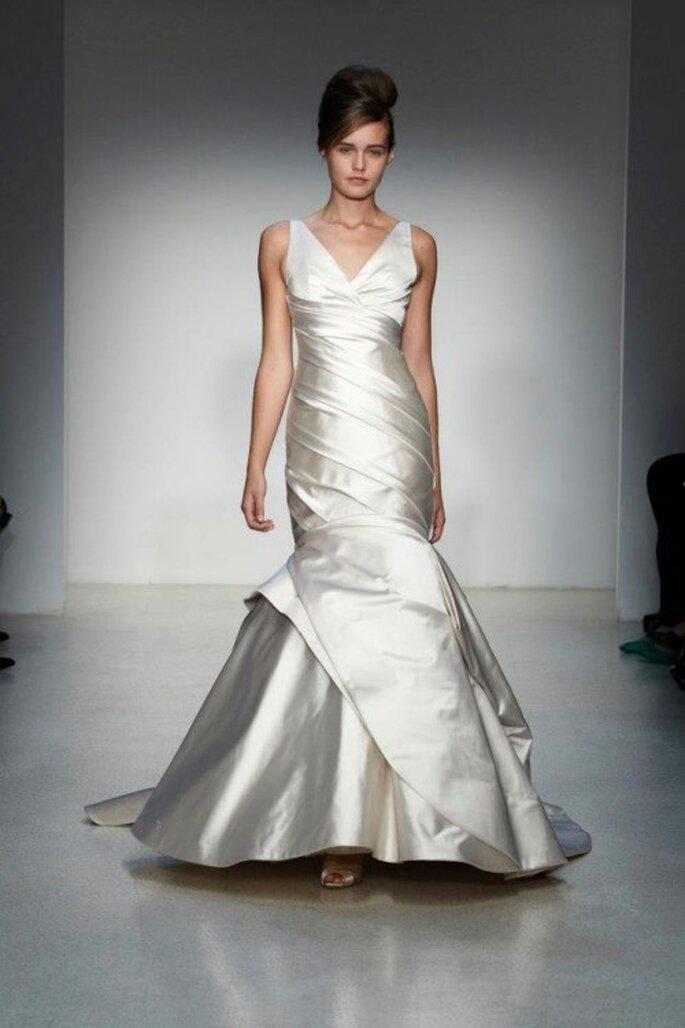 Vestido de novia corte sirena con escote discreto y acabado en satén - Foto Kenneth Pool